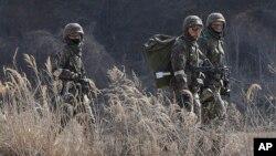 미한 연합 훈련인 키리졸브 훈련 시작된 2일 한국 파주시 비무장지대 인근에서 한국군 장병들이 수풀 사이로 이동하고 있다.