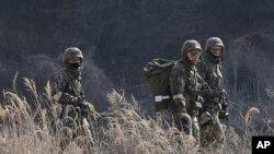지난해 3월 한국 파주시 비무장지대 인근에서 실시된 키리졸브 미-한 연합 훈련에서 한국 군 장병들이 수풀 사이로 이동하고 있다. (자료사진)