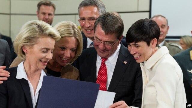 Từ trái: Bộ trưởng Quốc phòng Đức Ursula von der Leyen, Bộ trưởng Quốc phòng Hà Lan Jeanine Hennis-Plasschaert, Bộ trưởng Quốc phòng Mỹ Ashton Carter, và Bộ trưởng Quốc phòng Na Uy Ine Eriksen Soreide xem bản đồ ở Brussels, ngày 24/6/2015.