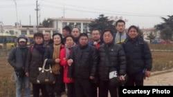 薛福顺非正常死亡公民调查团的成员抵达山东曲阜(参与网图片)