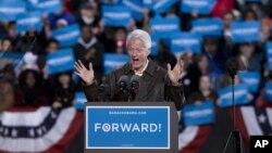 Cựu Tổng thống Bill Clinton đi vận động với Tổng thống Obama tại Bristow, Virginia, ngày 3/11/2012.