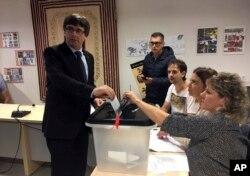 Na ovoj fotografiji koju je objavila Vlada Katalonije, vidi se katalonski predsednik Karles Pučdemont kako glasa u Koronela de Teri, u blizini Girona, Španija, 1. oktobra 2017.