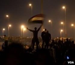 Kembang api ikut meramaikan suasana perayaan para demonstran di Kairo setelah Mubarak dipastikan mengundurkan diri (11/2).