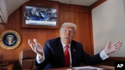 Predsednik Tramp odgovorana na pitanja novinara u predsedničkom avionu