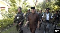 Thủ lãnh Mặt trận Giải phóng Hồi giáo Moro (MILF) được hộ tống bởi các binh sĩ của nhóm này tại doanh trại của họ ở Camp Darapanan, miền Nam Philippines, ngày 5/2/2011