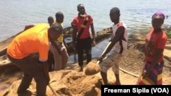 Des ex-combattants Séléka engagés dans le pré-DDR à Bria, en Centrafrique, le 25 février 2017. (VOA/Freeman Sipila)