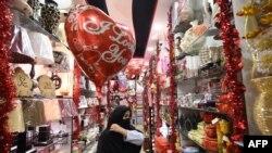 Warga mengunjungi toko hadiah menjelang Hari Valentine di Peshawar, Pakistan.