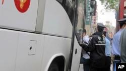지난 6월 상하이에서 환경운동 시위대를 체포하는 중국 공안. (자료사진)