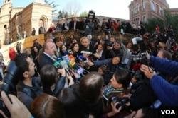 格鲁吉亚新总统格奥尔基•马尔格韦拉什维利在人群中