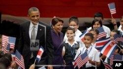 Presiden AS Barack Obama dan Presiden Kosta Rika Laura Chinchilla menghadiri sebuah acara kebudayaan yang menampilkan pertunjukan anak-anak Kosta Rika di Casa Amarilla, San Jose (3/5).