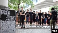香港大專學生自發組成「哀音隊」在街頭演唱 (美國之音湯惠芸攝)