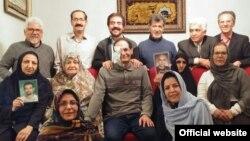 اعضای کانون مدافعان حقوق بشر در کنار علیرضا رجایی هنگام اهدای جایزه تلاشگر حقوق بشر