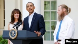 Tổng thống Obama trong cuộc họp báo với cha mẹ của binh sĩ Mỹ Bowe Bergdahl (L) tại vườn Hồng Tòa Bạch Ốc.