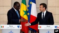 Macky Sall et Emmanuel Macron, conférence de presse, Paris, France, le 12 juin 2017.