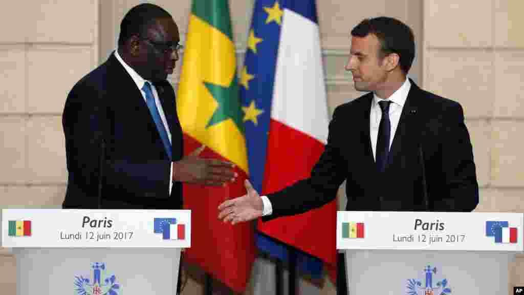 Shugaban kasar Senegal a lokacin da suke gabatar da taron manema labarai tare da takwaran aikinsa na Faransa Emmanuel Macron a fadar shugaban kasa ta Elysee. Litinin Yuni 12, 2017. (AP Photo/Francois Mori)