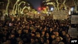 Desetine hiljada ljudi protestuju u centru Budimpešte zbog stupanja na snagu novog ustava (2. januar 2012.)