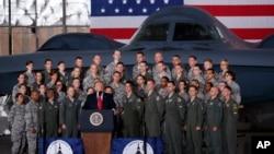 도널드 트럼프 미국 대통령이 15일 앤드루스 공군기지에서 연설하고 있다. 트럼프 대통령과 군인들 뒤로 공군 B-2 스텔스 전폭기가 보인다.