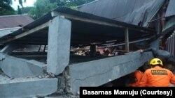 Tim penyelamat mencari korban yang tertimbun reruntuhan bangunan di Jalan Amakirang, Kota Mamuju, Sulawesi Barat. Jumat, 15 Januari 2021. (Foto: Basarnas Mamuju)