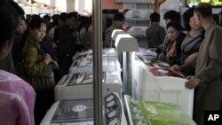 Warga Korea melihat-lihat produk mesin cuci buatan perusahaan China dalam pameran di Pyongyang. (Foto: Dok)