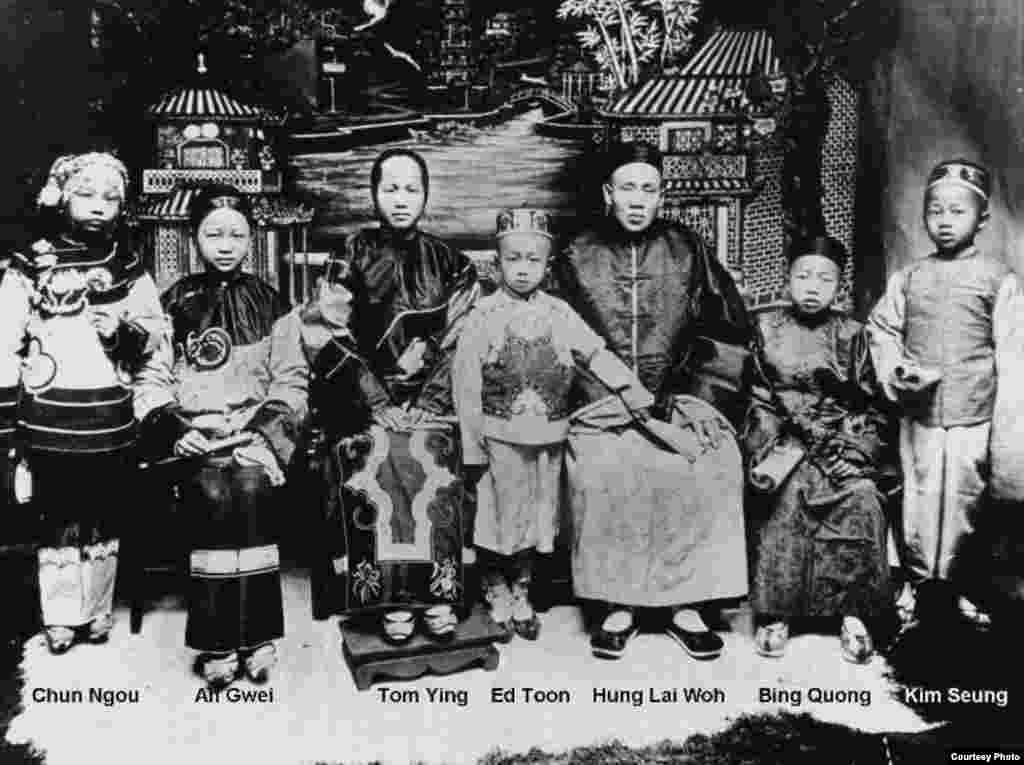 拉塞尔·洛的外曾祖父熊礼和与妻子谭英和五个孩子在一起的全家福照。(Russel Low提供)