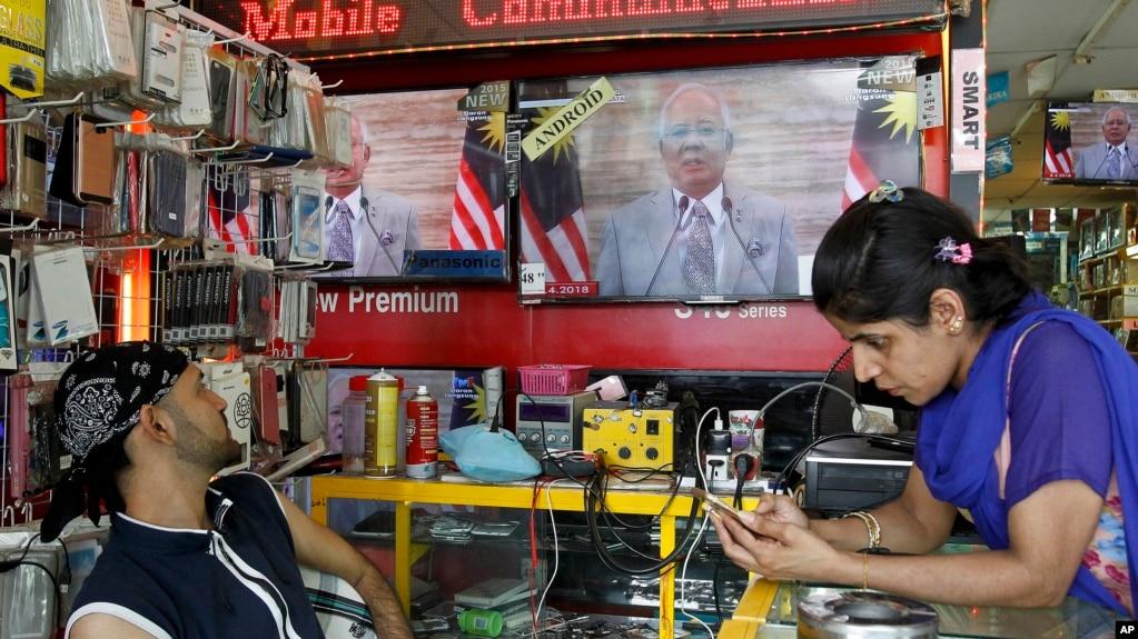 馬來西亞民眾觀看電視轉播總理納吉布宣布解散議會舉行大選