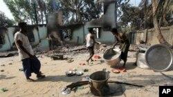 Warga muslim Burma membersihkan puing-puing dekat mesjid yang hancur menyusul kekerasan anti-Muslim di Okkan, 64 kilometer utara Rangoon, Burma (1/5).