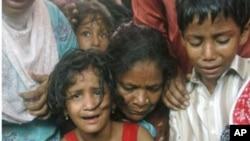 在卡拉奇被枪杀者的家人哀悼