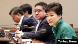 박근혜 한국 대통령이 지난 29일 청와대에서 열린 수석비서관회의에서 북한인권법 시행 등에 관해 발언하고 있다.