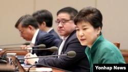 박근혜 한국 대통령이 지난달 29일 청와대에서 열린 수석비서관회의에서 북한인권법 시행 등에 관해 발언하고 있다.