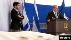 Perdana Menteri Israel Benjamin Netanyahu (kanan) berpidato jenazah para korban serangan maut di pasar swalayan Yahudi di Perancis, dalam upacara pemakaman di Yerusalem (13/1). (Reuters/Jim Hollander)