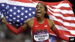 Sanya Richards-Ross de Estados Unidos celebra su triunfo en los 400 metros femeninos.