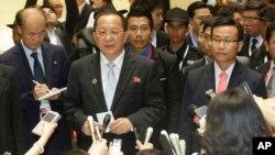 Bộ trưởng Ngoại giao Bắc Triều Tiên Ri Yong Ho trao đổi với một phóng viên sau khi nghỉ giải lao trong cuộc họp Diễn đàn Khu vực ASEAN lần thứ 23 tại Vientiane, Lào, ngày 26 tháng 7 năm 2016.
