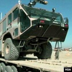 Kendaraan militer AS dinaikkan ke atas truk di Irak. Tentara AS akan ditarik seluruhnya dari Irak akhir Desember ini (foto:dok).