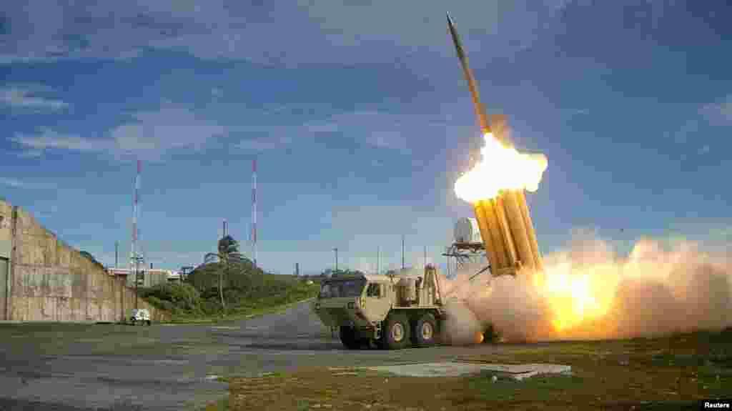 """美国国防部提供的图片显示,萨德反导弹系统发射拦截弹,成功试射(资料照)。""""萨德""""(THAAD)是""""末端高空区域防御系统""""的英语简称的译音。"""