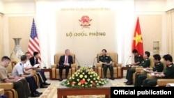 Đai sứ Mỹ Ted Osius gặp Đại tướng Việt Nam Ngô Xuân Lịch, Hà Nội ngày 26/7/2017. (Ảnh: QPND.vn)