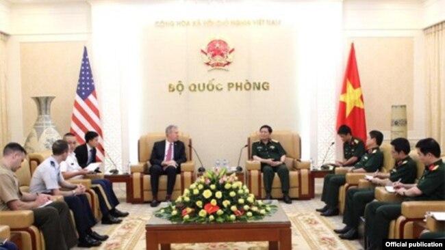 Đại sứ Mỹ Ted Osius gặp Đại tướng Việt Nam Ngô Xuân Lịch, Hà Nội ngày 26/7/2017. (Ảnh: QPND.vn)