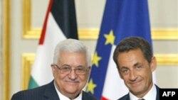 Tổng thống Pháp Nicolas Sarkozy (phải) bắt tay với Tổng thống Palestine Mahmoud Abbas tại Ðiện Elysee ở Paris, ngày 27/9/2010
