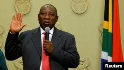 남아프리카공화국의 시릴 라마포사 신임 대통령이 15일 케이프타운 의회에서 취임선서를 하고 있다.