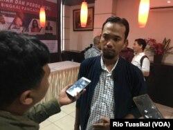 Pengamat Politik UI, Ade Reza Hardiyan, berbicara kepada wartawan usai diskusi. Sabtu, 24 November 2018. (Foto: Rio Tuasikal/VOA)