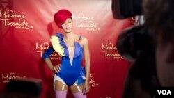 Rihanna releva a la actriz Megan Fox en una campaña enmarcada en la ropa interior.