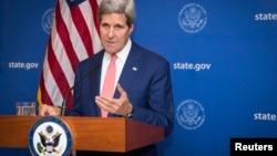 Menlu AS John Kerry, saata mengumumkan 72 jam gencatan senjata antara Israel dan Hamas, di New Delhi, India (1/8/2014). Namun tidak lama kemudian gencatan senjata itu ambruk dan antara Israel dan Palestina saling menyalahkan gagalnya gencatan senjata itu.