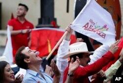 El candidato presidencial opositor de Honduras, Salvador Nasralla, corea lemas junto a sus seguidores en una protesta frente al TSE en Tegucigalpa.