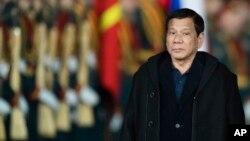 លោកប្រធានាធិបតី Rodrigo Duterte ពិនិត្យមើលទាហានកិត្តិយសនៅពេលលោកអញ្ជើញទៅដល់ព្រលានយន្តហោះ Vnukovo II នៅខាងក្រៅក្រុងមូស្គូ ប្រទេសរុស្ស៊ី កាលពីថ្ងៃទី២២ ខែឧសភា ឆ្នាំ២០១៧។