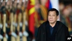 Presiden Filipina Rodrigo Duterte disambut oleh pasukan kehormatan setibanya di bandara di luar Moskow, Rusia (22/5). Duterte mempersingkat lawatannya ke Rusia.