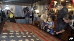 Wisatawan mengunjungi rumah Betsy Ross, tempat bersejarah di mana bendera Amerika pertama dibuat (foto: dok.).
