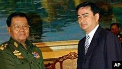 ຜູ້ນຳລັດຖະບານ ທະຫານມຽນມາ ນາຍພົນ Than Shwe (ຊ້າຍ) ຈັບມືກັບ ນາຍົກລັດຖະມົນຕີໄທ ທ່ານອະພິຊິດ ເວດຊາຊີວະ ທີ່ ນະຄອນຫຼວງ ເນປີດໍ (11 ຕຸລາ 2010)