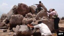 Pendukung Presiden Yaman terlibat pertempuran dengan pemberontak Syiah Houthi di kota Aden, Yaman selatan (4/4).