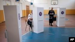 Một địa điểm bầu cử ở Mitrovica, Kosovo, ngày 8/6/2014.