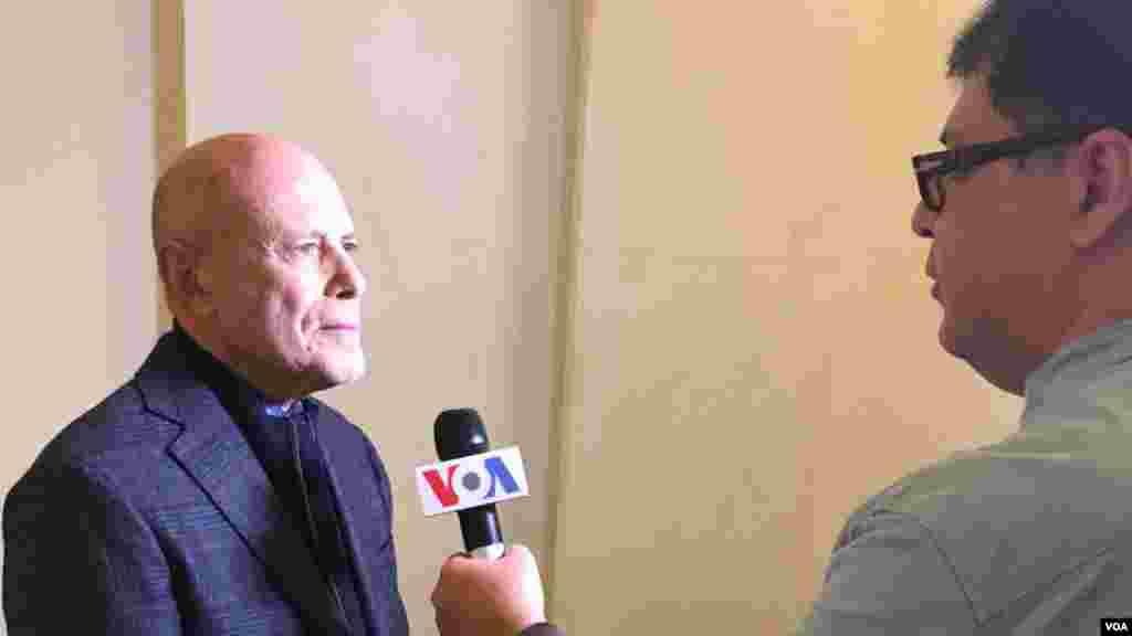بری روزن در حاشیه مراسم «گروه اتحاد علیه ایران هستهای» در حال گفتگو با خبرنگار بخش فارسی صدای آمریکا