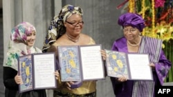 (слева-направо): Тауаккул Карман, Леймах Гбови и Эллен Джонсон-Серлиф